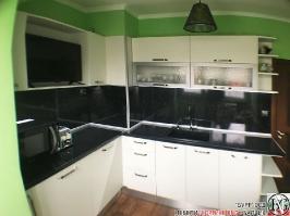 K003 - Кухня: Снежно бяло фладер и Аполон черен гланц